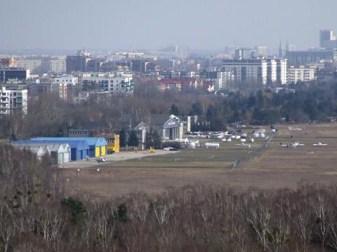 Hangary_i_budynki_lotniska_Warszawa-Babice_(widok_ze_śmieciowej_góry_Radiowo)